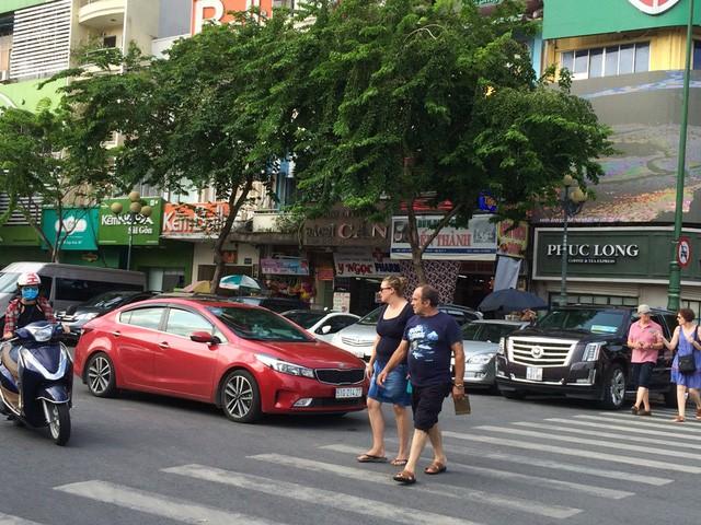 """TPHCM tăng phí gửi xe ô tô """"quá đột ngột, gây sốc""""!"""